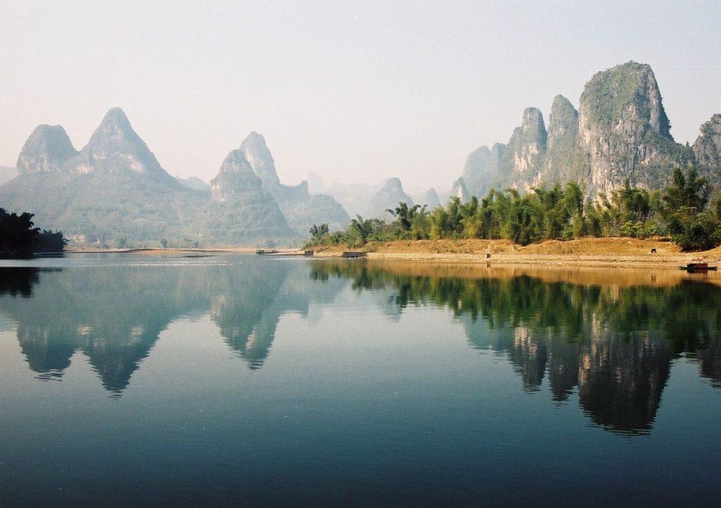 中国の険しい山と竹林
